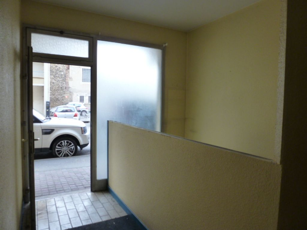 ROMANS (rue Pierre S�mard), local � usage professionnel ou commercial (hors m�tier de bouche) de 40 m� env. au rdc d'un immeuble compos� d'un hall d'entr�e, un bureau, un wc, un grand placard. DPE NC Libre de suite.. LOYER: 400euros.