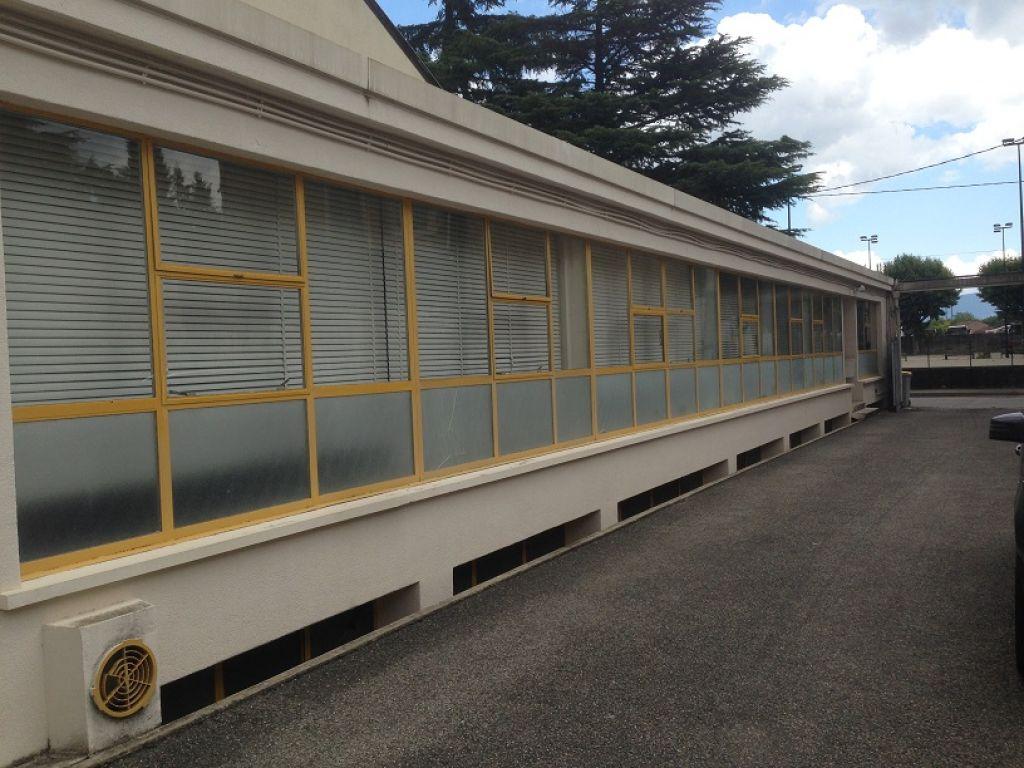Romans sur Isère, proche gare, bureau de 170m² + 170m² en sous-sol avec 5 places de parking - 5 bureaux plus accueil en façade..