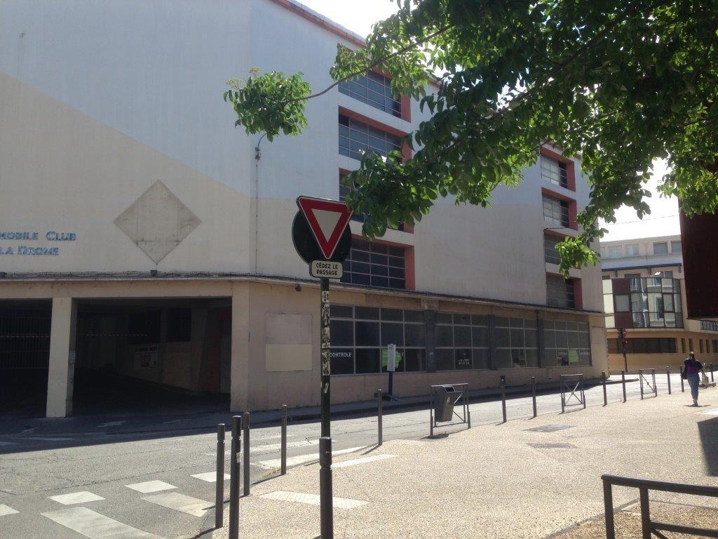 VALENCE CENTRE - A louer local commercial de 200 m� environ offrant de nombreuses possibilit�s. Pr�voir travaux. Loyer : 1000 euros HT / mois.