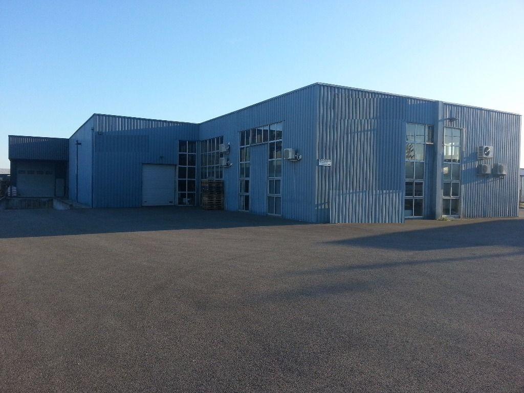 Mours St Eusèbe,  entrepôt d'activité  de 575 m2 comprenant des bureaux de 200 m² et un entrepôt de375 m2 disposant d'un quai de chargement, espace de retournement de poids lourds..