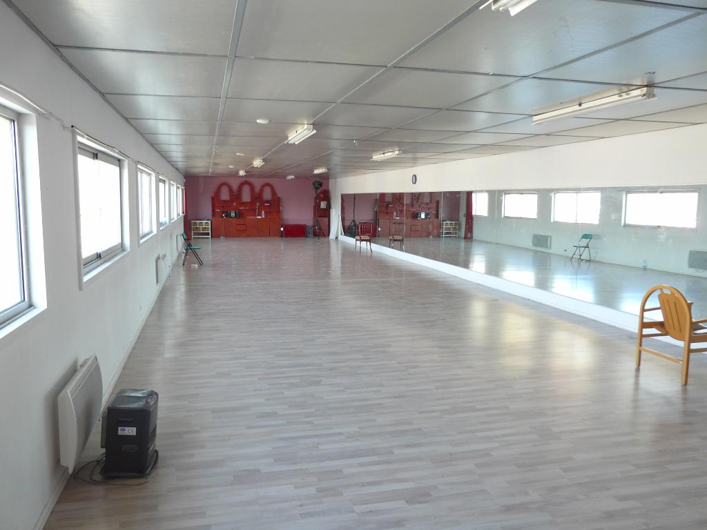 Mours St Eusèbe, local commercial 200 m² au 1er étage d'un ensemble immobilier comprenant un plateau + sanitaires. Disponible au 1er juillet 2015..