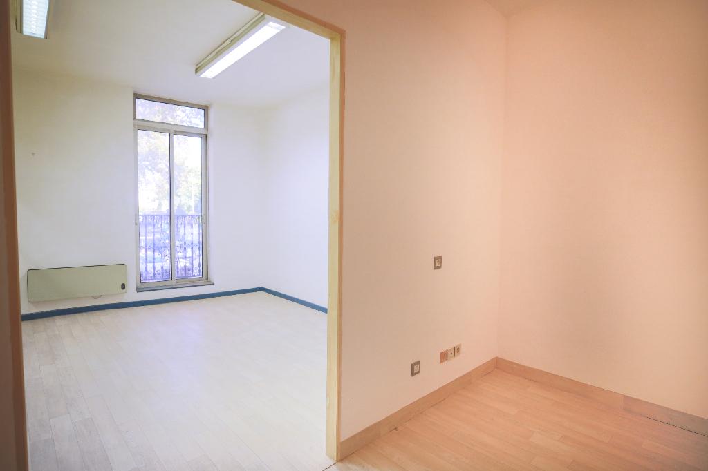 PHOTO1 - Vente Immeuble avec local commercial et appartement à Pezenas .