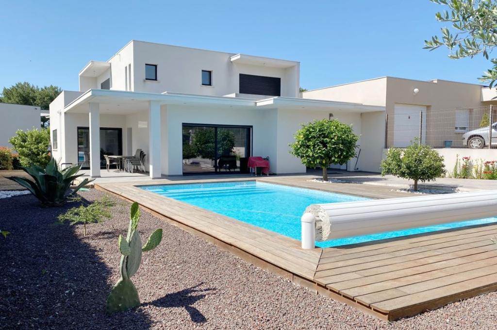 PHOTO1 - Vente villa contemporaine avec terrasse, garage, jardin paysagé et piscine à Agde .