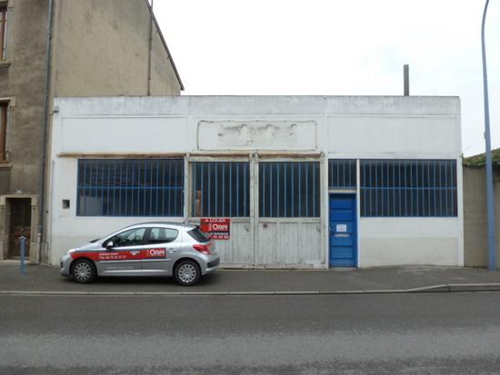 BOURG DE P�AGE centre ville, local commercial / entrep�t de 420 m� avec bureaux et terrain de 340 M�. Loyer mensuel de 1200euros HT. disponible imm�diatement. .