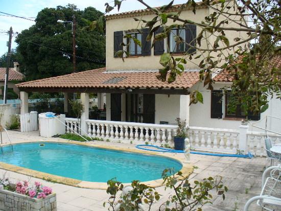 agreable villa t5 toulon ouest avec piscine cuisine d 39 ete immobilier la seyne sur mer 83. Black Bedroom Furniture Sets. Home Design Ideas