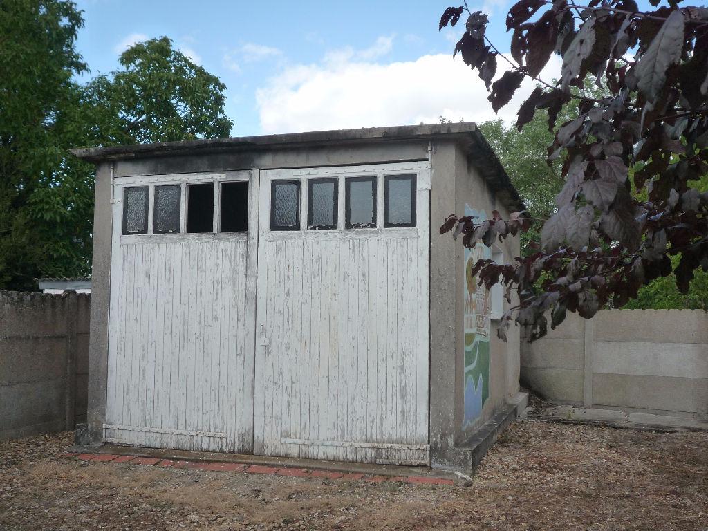 Maison à vendre - Romorantin .Quartier calme proche centre ,Maison sur sous sol deux chambres ,terrain 918 m²